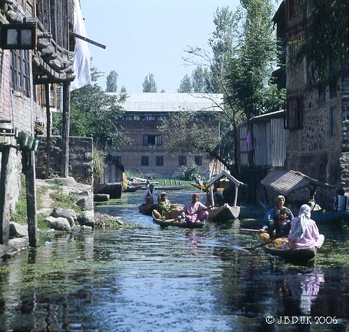 kashmir_dal_lake_canal_traffic_1989_0127