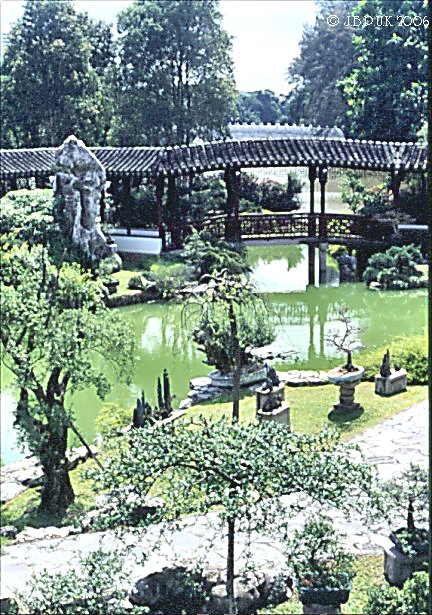 singapore_chinese_garden_bonsai_06_1999_0190